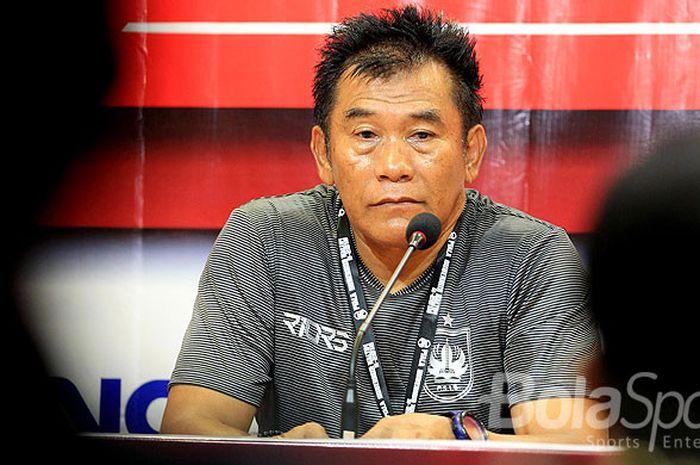 Eks pelatih PSIS Semarang, Subangkit memberi keterangan pada jumpa pers usai laga melawan Mitra Kukar da