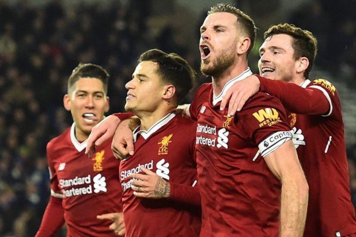 Pemain Liverpool FC, Roberto Firmino, Philippe Coutinho, Jordan Henderson, dan Andrew Robertson merayakan gol timnya ke gawang Brighton dalam laga Liga Inggris di Stadion Amex, Brighton, pada 2 Desember 2017.