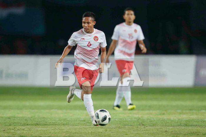 Gelandang tim nasional U-23 Indonesia, Evan Dimas, beraksi pada pertandingan lanjutan Grup A sepak