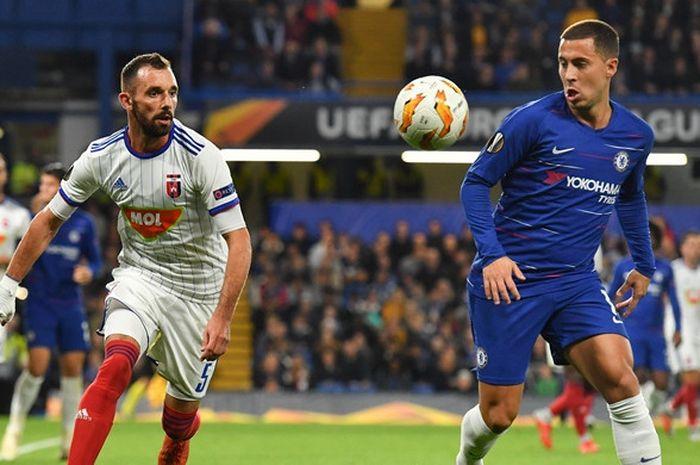 Gelandang Chelsea, Eden Hazard (kanan), berduel dengan bek Vidi, Attila Fiola, dalam laga Grup L Liga Europa di Stadion Stamford Bridge, London, Inggris pada 4 Oktober 2018.