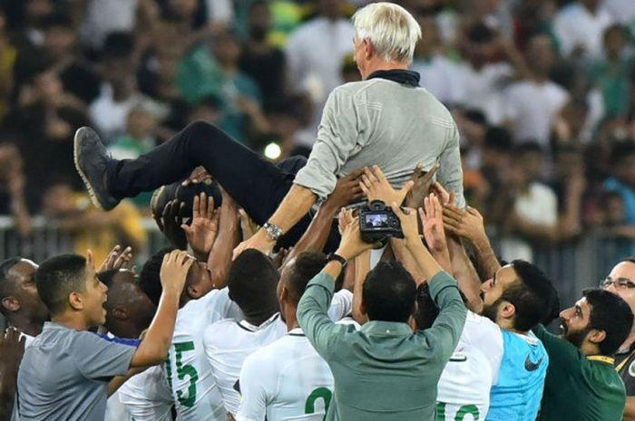 Para pemain timnas Arab Saudi mengangkat pelatih Bert van Marwijk setelah memastikan lolos ke putara
