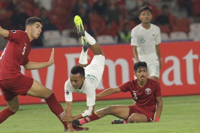 Pemain timnas U-19 Indonesia, Todd Rivaldo Ferre, terbang setelah terkena tekel lawan pada laga fase grup Piala Asia U-19 2018 kontra Qatar di Stadion Utama Gelora Bung Karno, Jakarta, Minggu (21/10/2018).