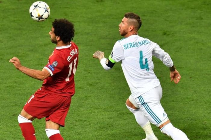 Striker Liverpool, Mohamed Salah (kiri), dikejar oleh bek Real Madrid, Sergio Ramos, dalam laga f