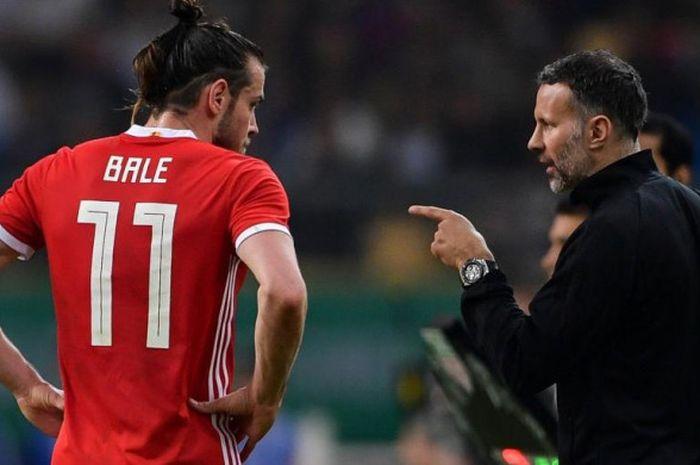 Ryan Giggs (kanan) memberi instruksi kepada Gareth Bale dalam partai timnas Wales lawan Uruguay di N
