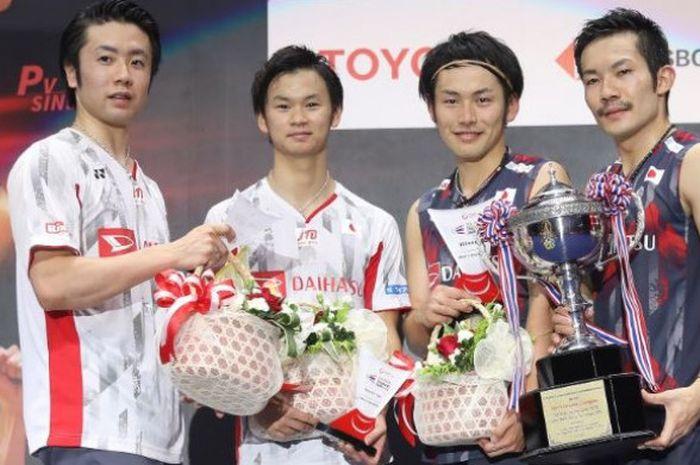 Dua pasangan ganda putra Jepang, Hiroyuki Endo/Yuta Watanabe  (kiri) dan Takeshi Kamura/Keigo Sonoda, berpose bersama di atas podium kampiun.