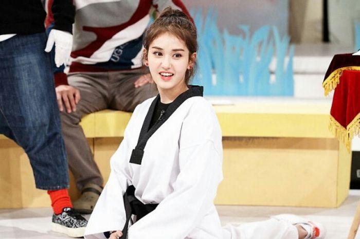 Artis Kpop, Jeon So-mi, memeragakan keterampilannya dalam olahraga beladiri taekwondo.