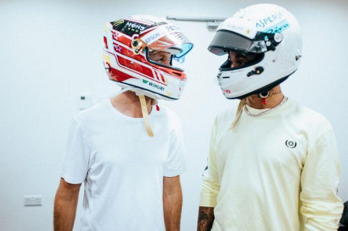 Sebastian Vettel dan Lewis Hamilton saling bertukar helm setelah balapan seri terakhir GP Abu Dhabi.
