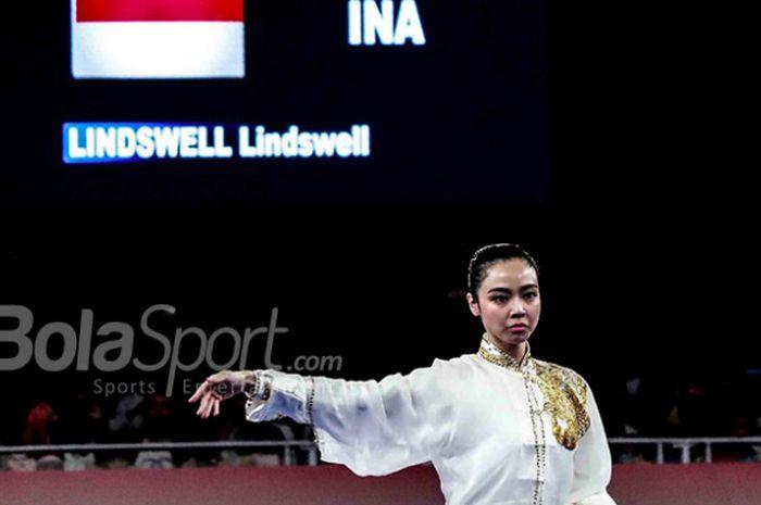 Pewushu nasional Indonesia, Lindswell Kwok, beraksi pada kelas Taijiquan putri Asian Games 2018 pada Minggu, (19/8/2018) di Jiexpo, Kemayoran, Jakarta.