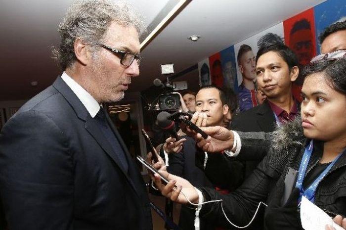 Wartawan JUARA.net, Theresia Simanjuntak, tengah mewawancarai pelatih PSG, Laurent Blanc, di Stadion