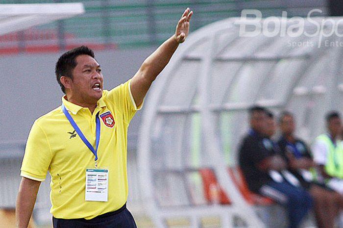 Pelatih Myanmar Myo Hling Win memberi instruksi kepada pemainnya saat melawan Timor Leste dalam laga Grup B Piala AFF U-19 2018 di Stadion Gelora Joko Samudro Gresik, Senin (2/7/2018).