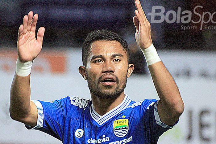 Bek kiri Persib Bandung, Ardi Idrus, terpaksa melewati Ramadan kali ini tanpa dua hal.