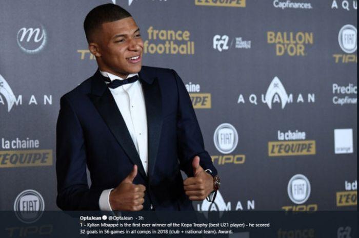 Kylian Mbappe sukses meraih penghargaan Kopa Trophee di ajang Ballon d'Or 2018