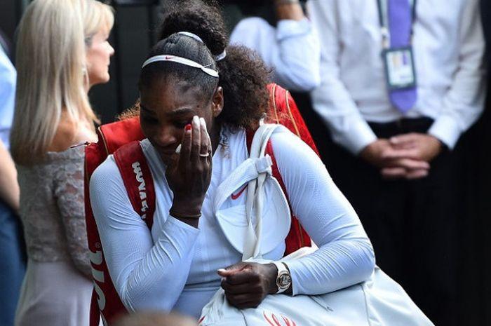 Petenis putri Amerika Serikat, Serena Williams, meninggalkan lapangan setelah kalah dari Angelique Kerber (Jerman) pada final Wimbledon 2018 yang berlangsung di The All England Lawn Tennis Club, Sabtu (14/7/2018).