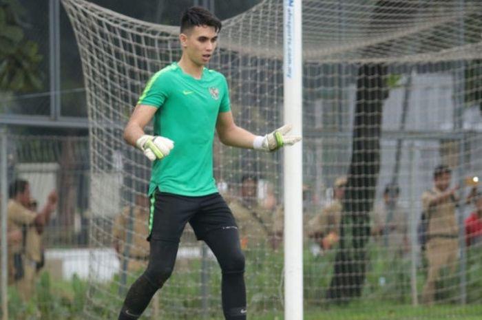 Kiper Borneo FC, Nadeo Argawinata, saat mengikuti training camp (TC) bersama timnas U-22 Indonesia.
