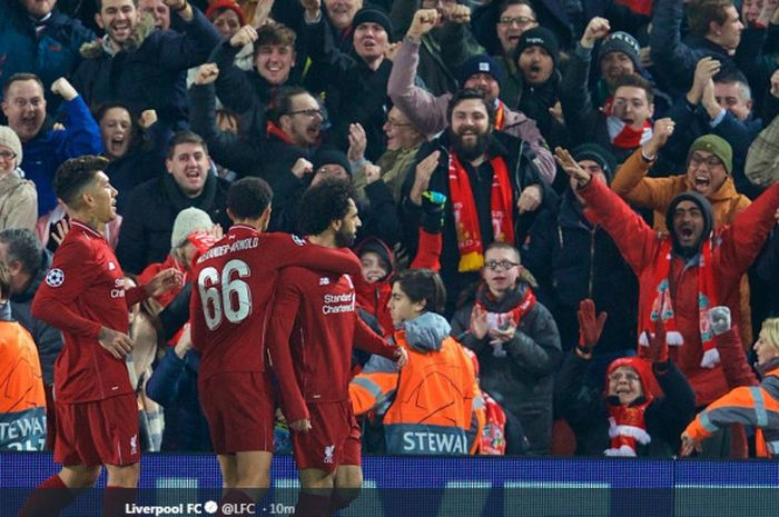 Penyerang Liverpool FC, Mohamed Salah (kanan), merayakan gol yang dicetak ke gawang Napoli dalam laga Grup C Liga Champions di Stadion Anfield, Liverpool pada 11 Desember 2018.
