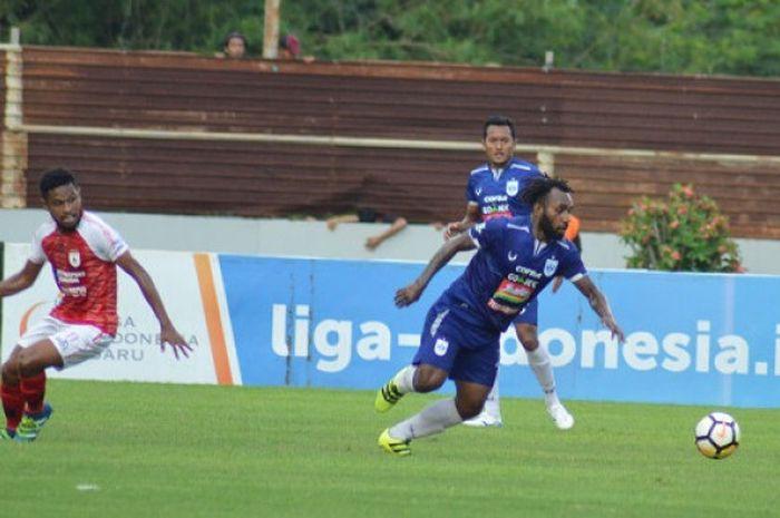 Gelandang PSIS Semarang, Nerius Alom, saat berhadapan dengan Persipura Jayapura di Stadion Moch Soebroto, Sabtu (1/12/2018).