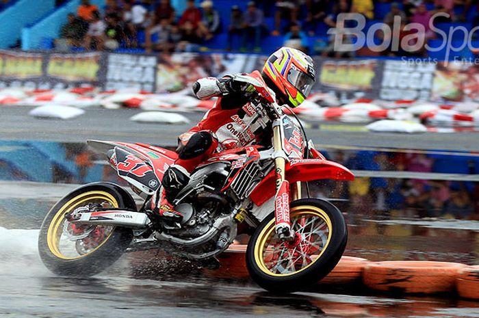 Aksi Gerry Salim saat mengikuti lomba balap motor supermoto kelas FFA 250 seri ketiga Trial Game Asp
