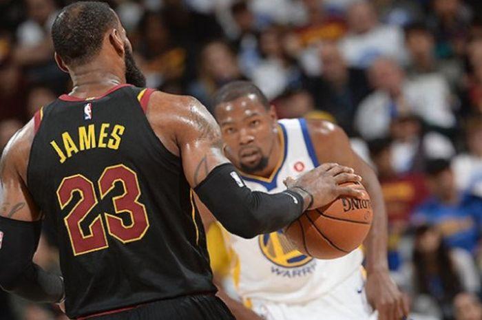 Duel antara LeBron James (kiri) dan Kevin Durant (kanan) dipastikan bakal kembali tersaji saat Cleveland Cavaliers dan Golden State Warriors tampil pada fase NBA Finals 2018.