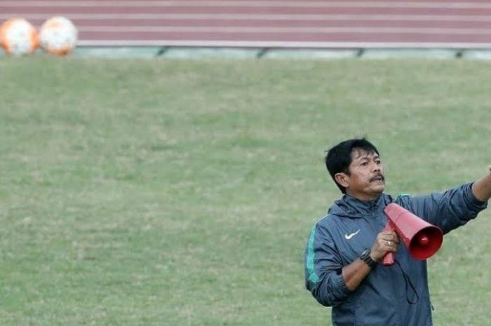 Pelatih timnas U-18 Indonesia, Indra Sjafri memegang mikrofon sebagai alat untuk memberikan instruksi ke pemain dalam seleksi tahap kedua skuat Garuda Muda di  lapangan Atang Sutresna, Markas Kopassus, Cijantung, Jakarta Timur, Jumat (7/4/2017).