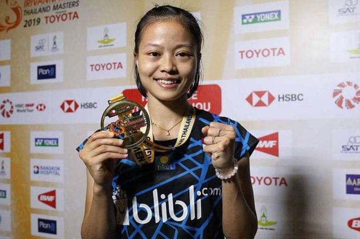 Pebulu tangkis tunggal putri nasional Indonesia, Fitriani, berpose dengan medali yang dia raih seusa