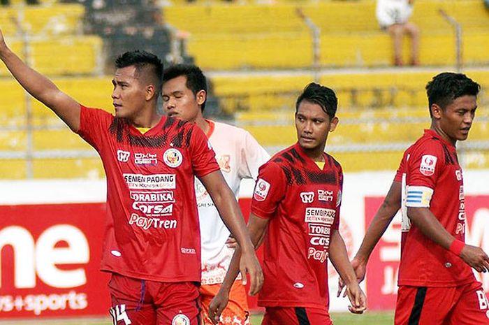 Penyerang Semen Padang FC, Riski Nofriansyah, merayakan gol yang ia cetak ke gawang PSIR Rembang dal