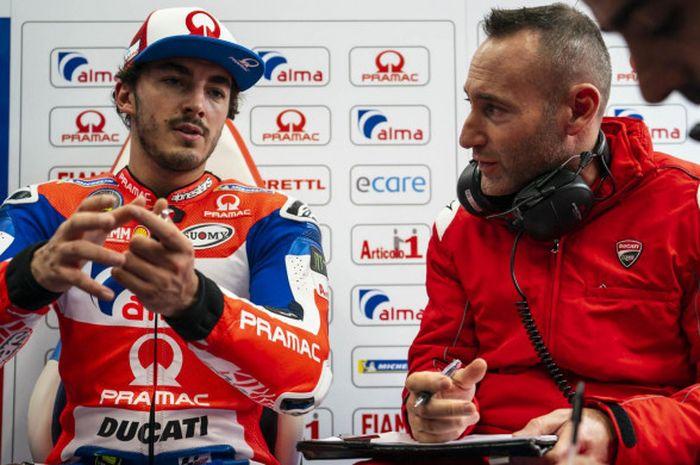 Francesco Bagnaia sedang berdiskusi dengan Christian Gabbarini pada tes IRTA di Sirkuit Ricardo Tormo, Valencia, Selasa (21/11/2018).