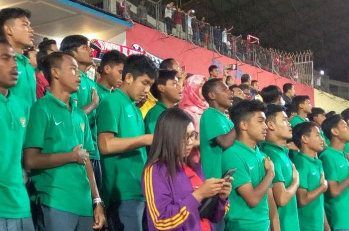 Skuat timnas U-16 Indonesia menonton mendukung timnas U-19 Indonesia di laga perdana penyisihan Grup A Piala AFF U-19 melawan Laos di Gelora Delta Sidoarjo, Minggu (1/7/2018).