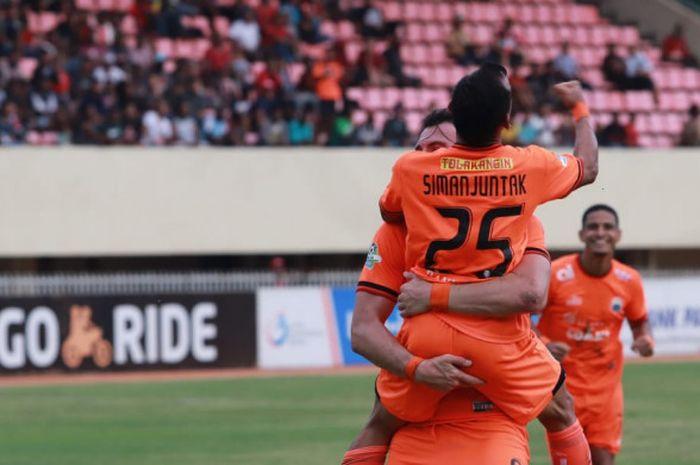 Pemain Persija Jakarta, Marko Simic dan Riko Simanjuntak merayakan gol ke gawang Persipura Jayapura,