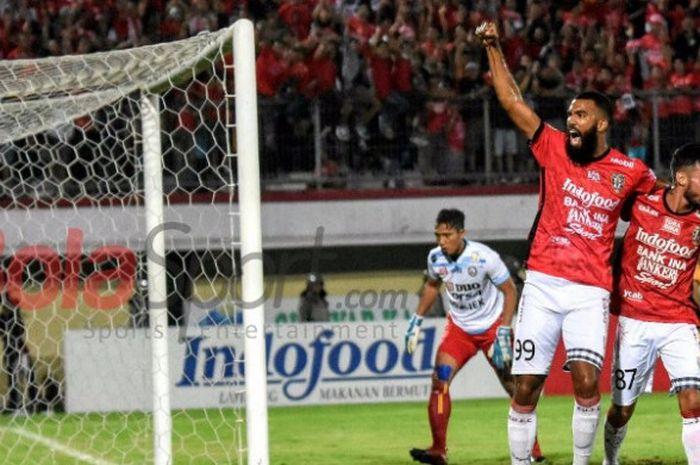 Selebrasi penyerang Bali United, Sylvano Comvalius seusai membobol gawang Arema FC pada pertandingan