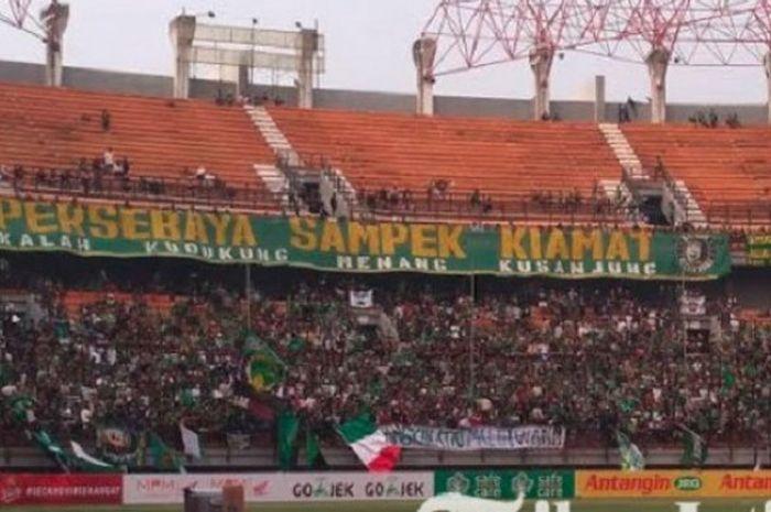 Ribuan pendukung setia Persebaya, Bonek,hadir dalam laga uji coba kontra PS Kota Pahlawan (Kopa) di Stadion Gelora Bung Tomo (GBT), Rabu (3/10/2018).