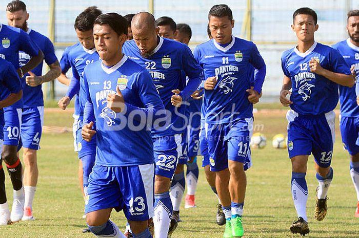 Pemain Persib Bandung mencoba lapangan Stadion 17 Mei, Minggu (22/7/2018) menjelang laga Liga 1 2018 melawan tuan rumah Barito Putera.