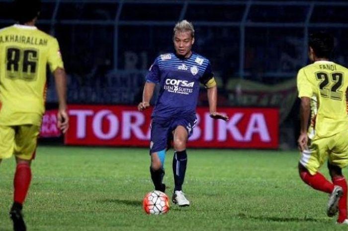 Bek tengah sekaligus kapten Arema, Hamka Hamzah (tengah) menguasai bola saat timnya menjamu BSU di Stadion Kanjuruhan, Kab Malang, 15 Mei 2016.