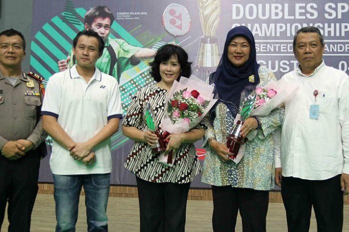 Legenda ganda putri Indonesia, Imelda Wiguna dan Verawati Fajrin (memegang bunga).