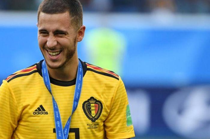 Eden Hazard berpose dengan medali setelah membantu Belgia menekuk Inggris dalam duel perebutan tempat ketiga di Saint Petersburg Stadium, 14 Juli 2018.
