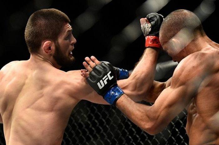 Khabib (kiri) menguppercut Barboza(kanan) pada gelaran UFC 219, 30 Desember 2017 silam.