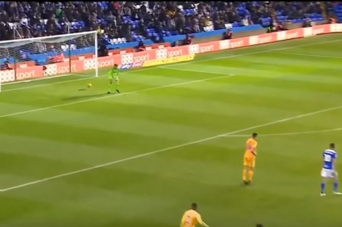 Kiper Preston North End, Declan Rudd, gagal mengantisipasi laju bola sepakan pemain Birmingham saat kedua tim bertemu di laga Divisi Champioship Liga Inggris pada Sabtu (1/12/2018).