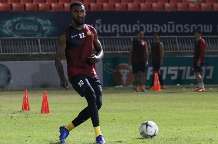 Bek asal Indonesia, Rudolof Yanto Basna dalam sesi latihan Sukhothai FC pada 6 Desember 2018.