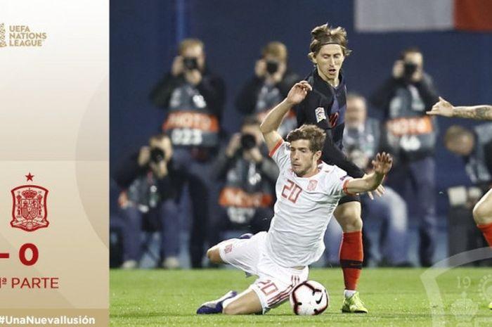 Bek Spanyol, Sergi Roberto (kiri), berduel dengan gelandang Kroasia, Luka Modric, dalam laga Liga A