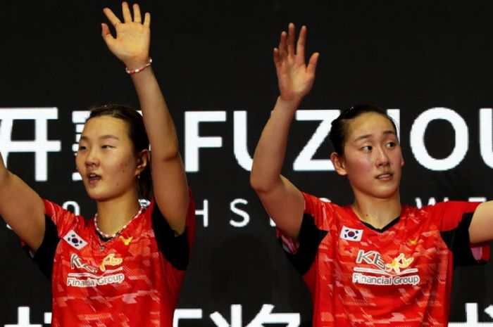 Ekspresi ganda putri Korea Selatan, Lee So-hee (kanan)/Shin Seung-chan, di podium usai meraih gelar juara Fuzhou China Open 2018 pada Minggu (11/11/2018) di Haixia Olympic Sports Center, Fuzhou.