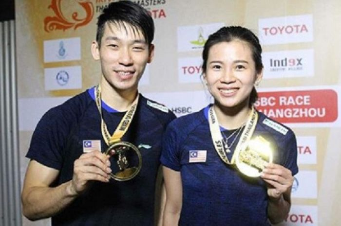 Ganda campuran Malaysia, Chan Peng Soon dan Goh Liu Ying, saat memamerkan medali yang mereka raih setelah sukses memenangkan partai final Thailand Masters 2019.