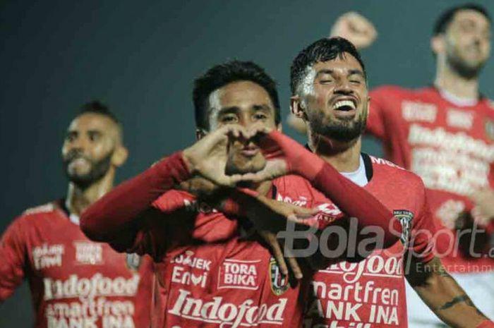 Gelandang Bali United, M. TAufiq (depan) merayakan gol yang dicetaknya ke gawang Perseru Serui dalam