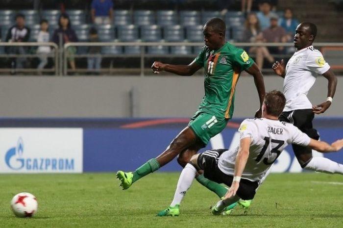 Pemain Zambia, Enock Mwepu mencetak gol ketiga ke gawang Jerman di pertandingan babak 16 besar Piala Dunia U-20 di Stadion Jeju World Cup, Rabu (31/5/2017) waktu setempat.