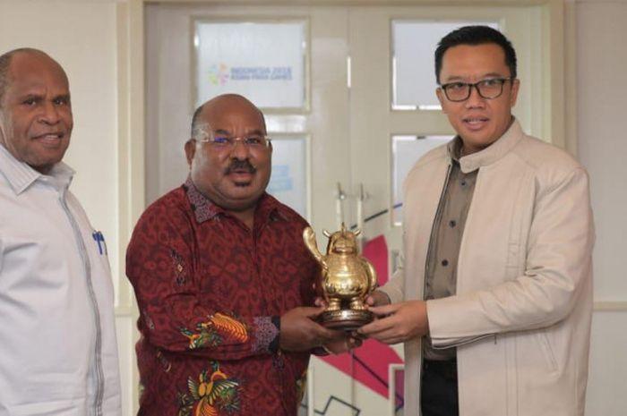 Menteri Pemuda dan Olahraga RI Imam Nahrawi (kanan) bertemu dengan Gubernur Papua Lukas Enembe (tengah), di Kantor Kemenpora, Jakarta, Kamis (1/11/2018),