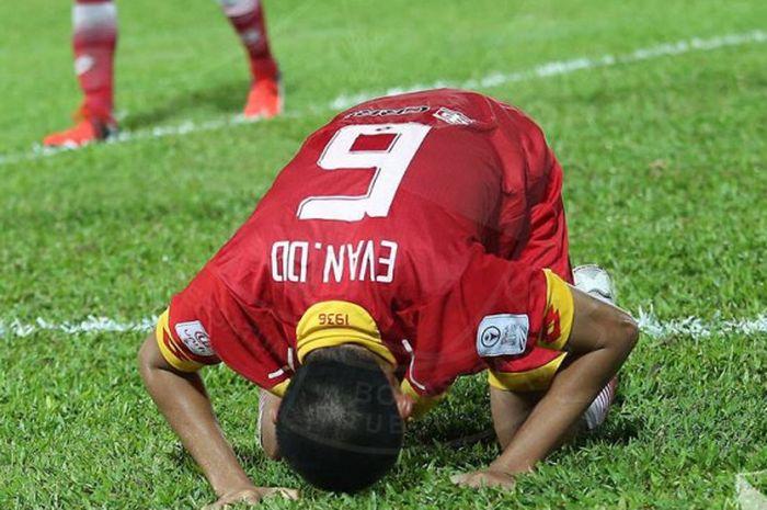 Selebrasi sujud syukur Evan Dimas seusai mencetak gol kemenangan Selangor FA atas PKNS FC pada lanjutan Liga Super Malaysia 2018 di Stadion Cheras, Kuala Lumpur pada Rabu (6/6/2018) malam.