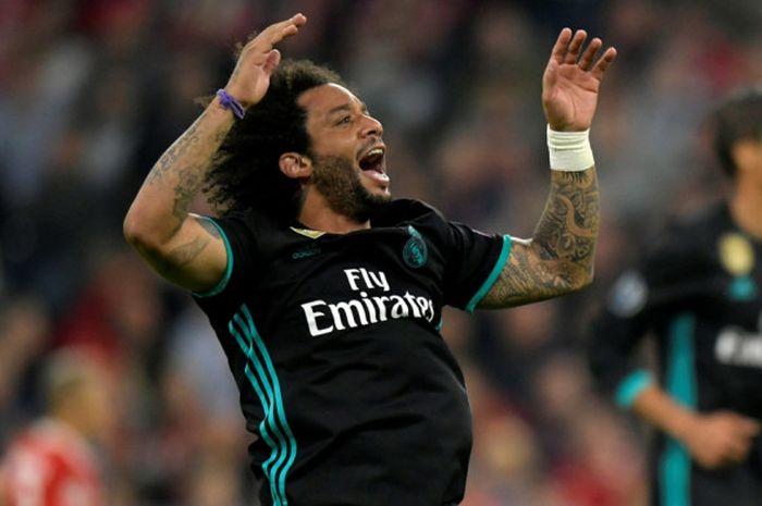 Bek sayap Real Madrid, Marcelo, melakukan selebrasi setelah mencetak gol ke gawang Bayern Muenchen pada laga leg pertama semifinal Liga Champions di Allianz Arena, Rabu (25/4/2018) waktu setempat.