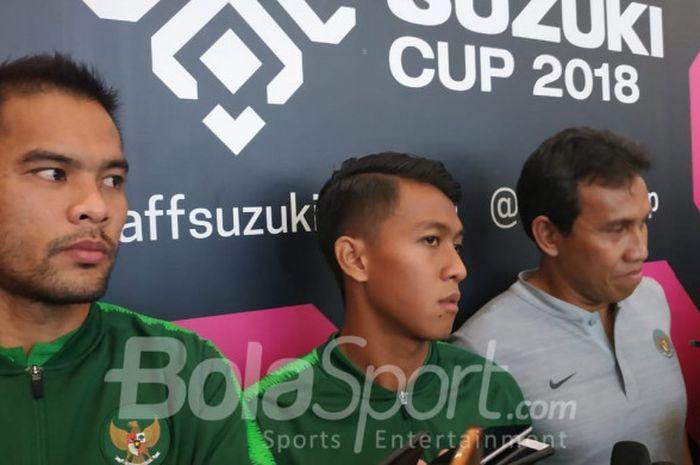 Pemain dan pelatih timnas Indonesia yakni Andritany Ardhiyasa, Febri Hariyadi, serta Bima Sakti saat menjawab pertanyaan wartawan di di Kota Kasablanka, Jakarta Selatan, Minggu (4/11/2018).