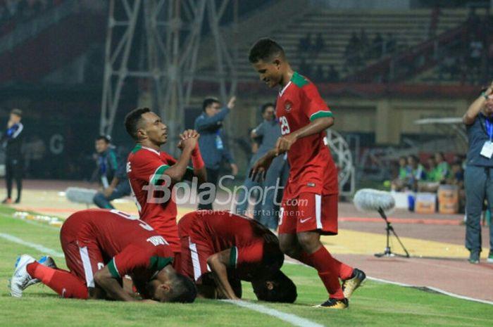 Pemain timnas U-19 Indonesia melakukan selebrasi setelah mencetak gol ke gawang timnas U-19 Singapura di Gelora Delta, Sidoarjo, Selasa (3/7/2018).