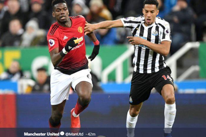 Pemain Manchester United, Paul Pogba (kiri), berebut bola dengan gelandang Newcastle United, Isaac Hayden, pada pertandingan pekan ke-21 Liga Inggris 2018-2019 di Stadion St. James Park, Rabu (2/3/2018).