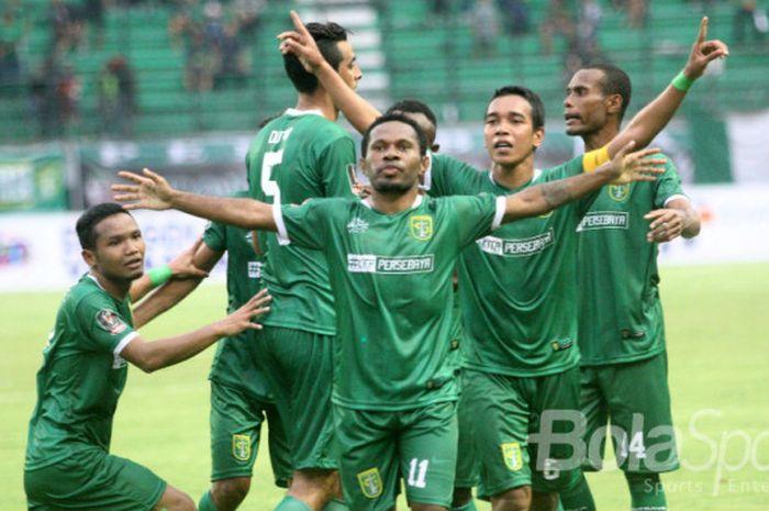 Penyerang Persebaya Surabaya, Ferinando Pahabol, merayakan golnya seusai membobol gawang PS TNI pada