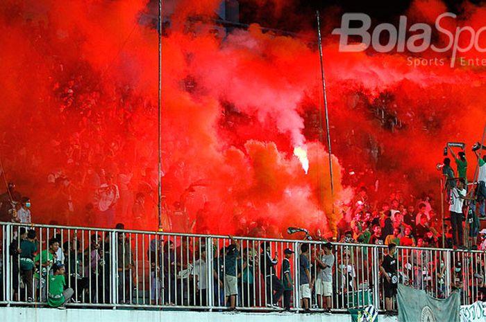 Aksi suporter PSS Sleman, Brigata Curva Sud (BCS), saat PSS Sleman melawan Blitar United.